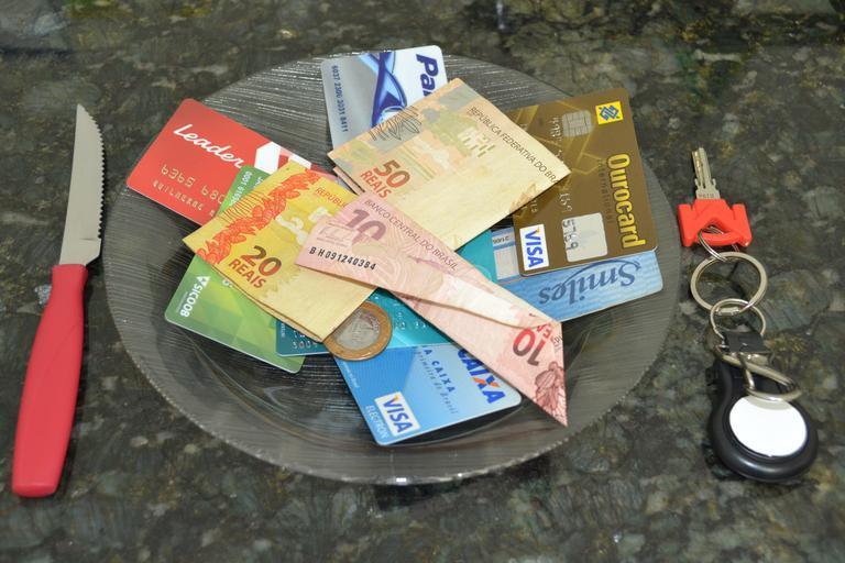 peníze na talíři